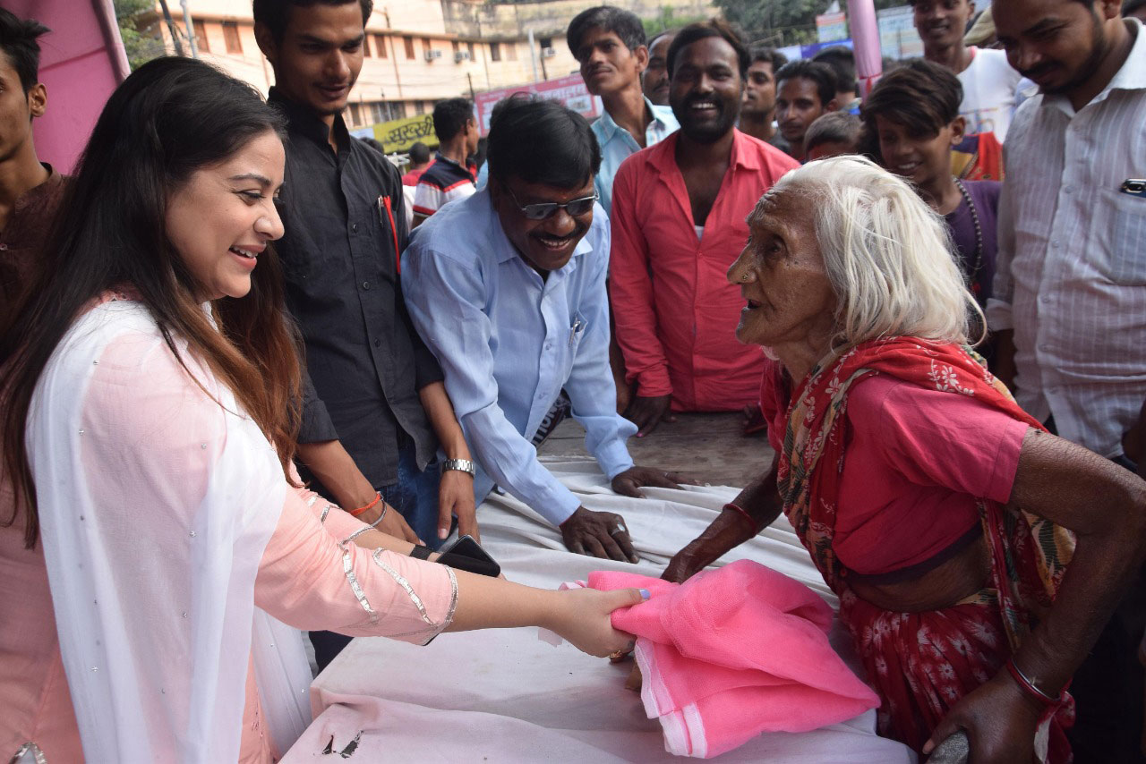 अभिनेत्री अनारा गुप्ता ने पटना के आपदा पीडि़तों के बीच किया मच्छड़दानी का वितरण